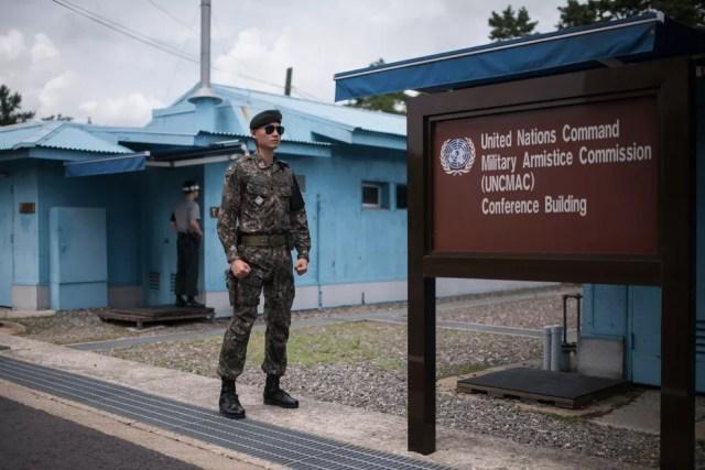 A sala de conferência fica localizada no meio dos dois países; lá dentro, basta andar de um lado a outro para 'cruzar' a fronteira (Foto: Ed JONES / AFP)