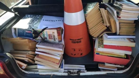 Livros foram localizados na casa do jovem em Itápolis (Foto: Biblioteca Municipal de Itápolis / Divulgação )