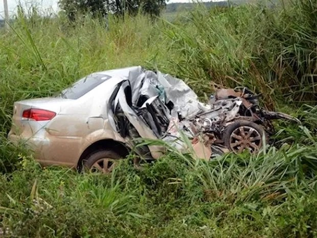 PRF diz que condutor do carro de passeio tentou fazer ultrapassagens. (Foto: Agora MT)