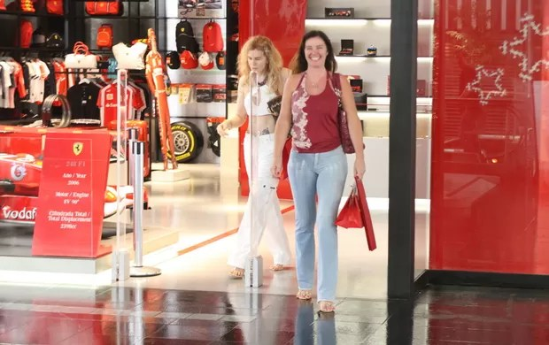 Luma e Ísis de Oliveira em shopping do Rio (Foto: Daniel Delmiro / AgNews)