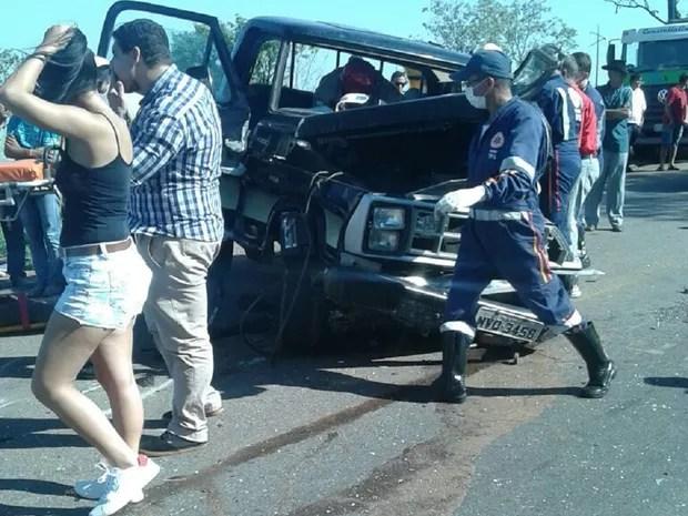 Camionete colidiram frontalmente na BR-153 (Foto: Divulgação)