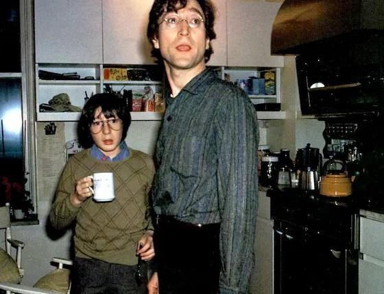 Julian, ainda criança, e o pai, John Lennon, em foto do arquivo da família  (Foto: arquivo)