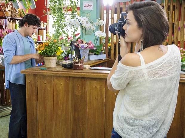 Enquanto fotografa Bento, Giane não bota muita fé na terapia de Amora (Foto: Alex Carvalho / TV Globo)