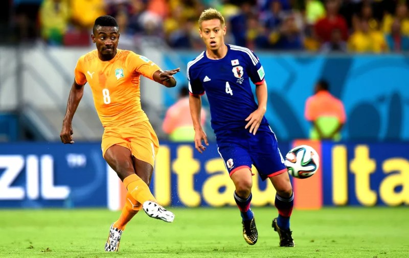 Honda e Kalou disputam lance na Copa de 2014 — Foto: Getty Images