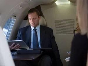 Passageiro usa tablet em voo (Foto: InStock / Image Source/AFP)
