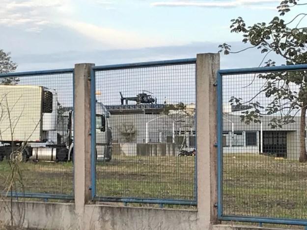 A transferência, nesta manhã, ocorreu com a ajuda de um helicóptero da Polícia Civil (Foto: Marcos Landim/RPC)
