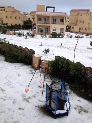 Cidade egípcia de Madinaty, vizinha à capital Cairo, ficou coberta de neve. Neve no Egito é um fenômeno raro (Foto: AFP)