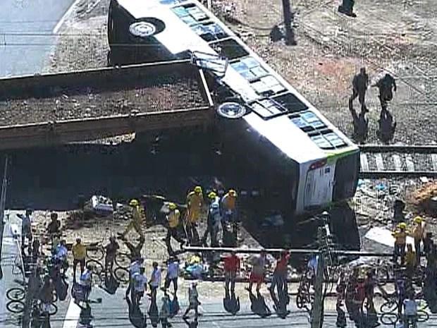Com a colisão, ônibus tombou e deixou pessoas feridas (Foto: Reprodução / TV Globo)