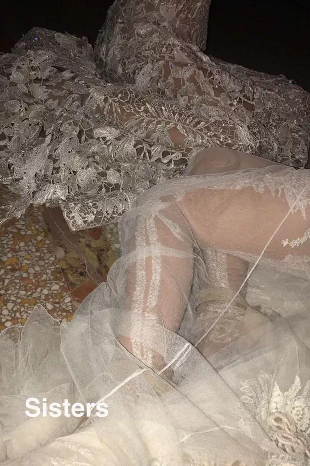 Detalhe dos vestidos de Kim Kardashian e Kendall Jenner (Foto: Reprodução)