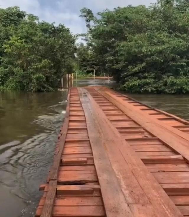 Nível da água do Rio Ronuro alcançou a ponte — Foto: Divulgação