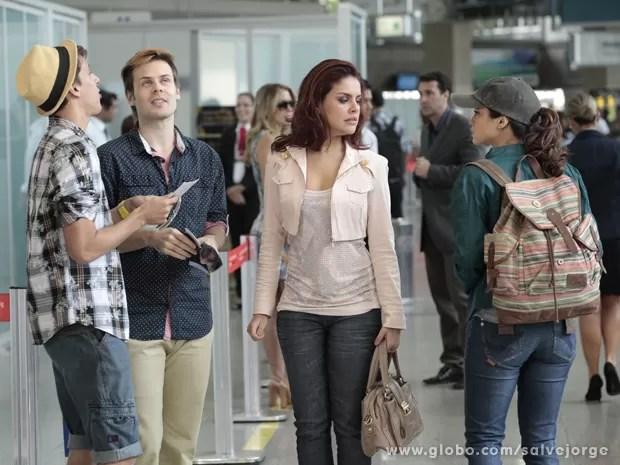 Rosângela e Morena se encaram no aeroporto (Foto: Salve Jorge/TV Globo)