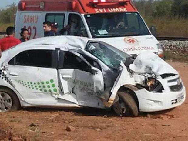Colisão entre veículo e trem deixam duas mulheres em estado grave (Foto: Daniel Mendes)