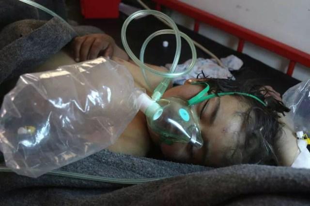 Criança síria recebe tratamento após suspeita de ataque com arma química em Khan Sheikhun, dominada por rebeldes na província de Idlib, no norte da Síria  (Foto: Mohamed al-Bakour / AF)