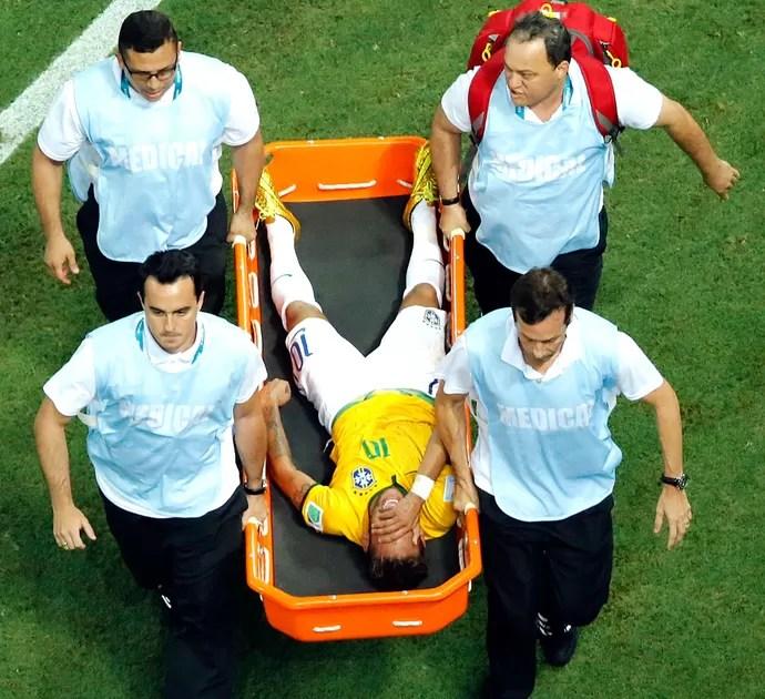 Neymar machucado jogo Brasil x Colômbia (Foto: AP)