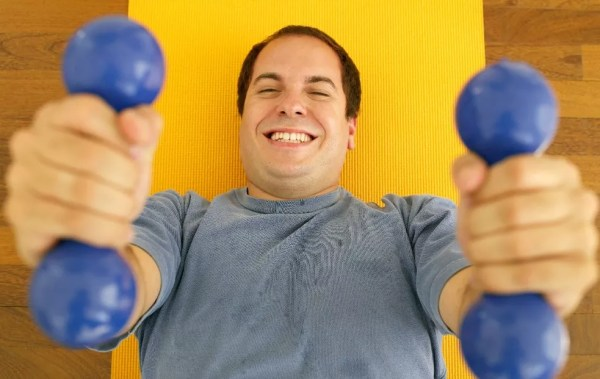 Homem malhando: busca pela saúde gera resultados estéticos a longo prazo (Foto: Getty Images)