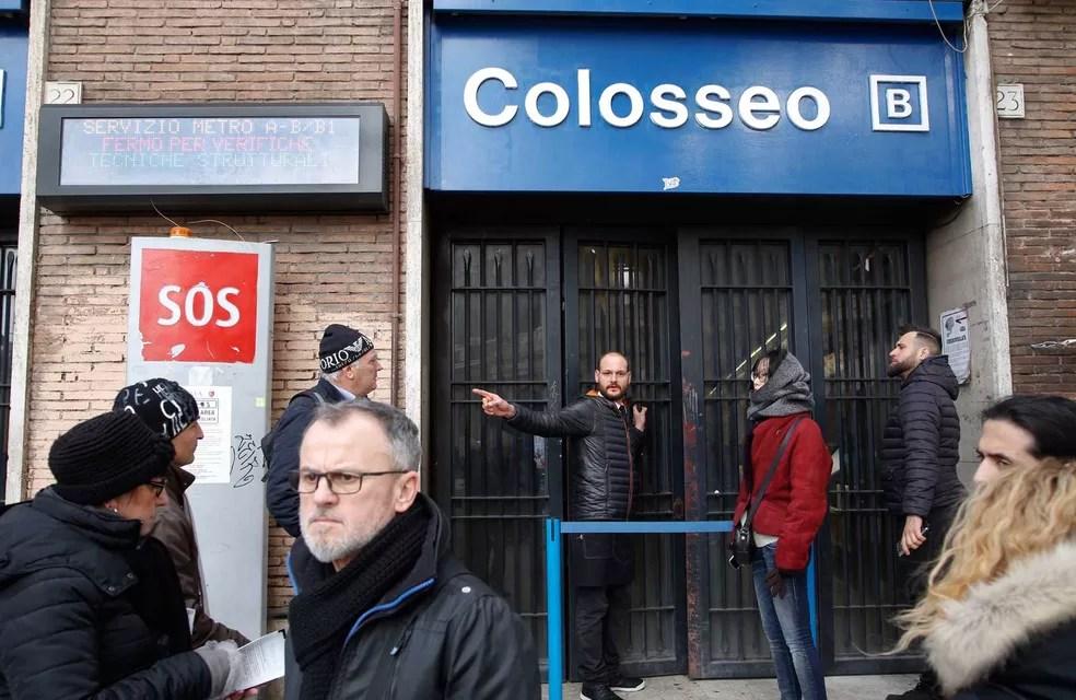 Estação de metrô Colosseo, em Roma, foi fechado após série de tremores que atingiu a região central da Itália (Foto: Domenico Stinellis/AP)