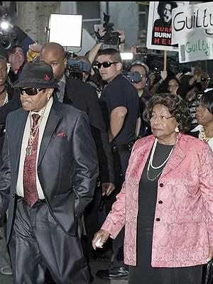 Joe and Katherine Jackson, pais de Michael, chegam à corte para ouvir a senteça (Foto: AP)