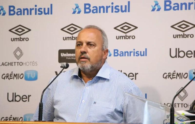 Paulo Rabaldo, coordenador médico do Grêmio, explica problema de Renato — Foto: Eduardo Moura