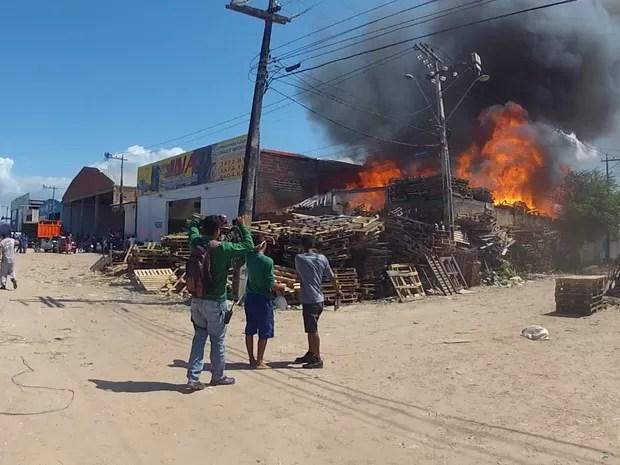 Bombeiros ainda desconhecem causas do incêndio (Foto: Marcélio Bezerra/TV Verdes Mares)