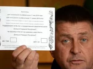 Vyacheslav Ponormaryov, líder dos rebeldes em Slaviansk e autoproclamado prefeito da cidade, mostra a cédula do referendo realizado por pró-russos na Ucrânia (Foto: AFP/Vasily Maximov)