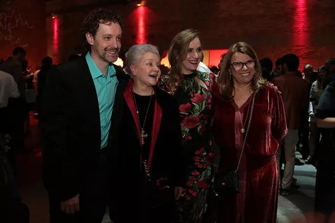 Os autores Vicent Villari e Maria Adelaide Amaral, acompanhados da diretora geral Natália Grimberg e a diretora artística Denise Saraceni (Foto: Isabella Pinheiro/Gshow)