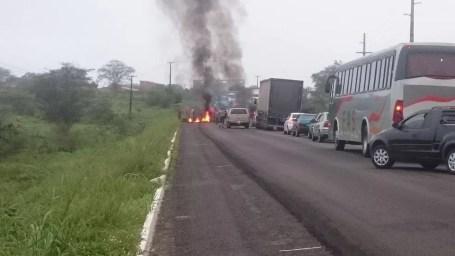 Trânsito está parado na rodovia devido ao protesto contra Michel Temer (Foto: Divulgação/Wellington Holanda)