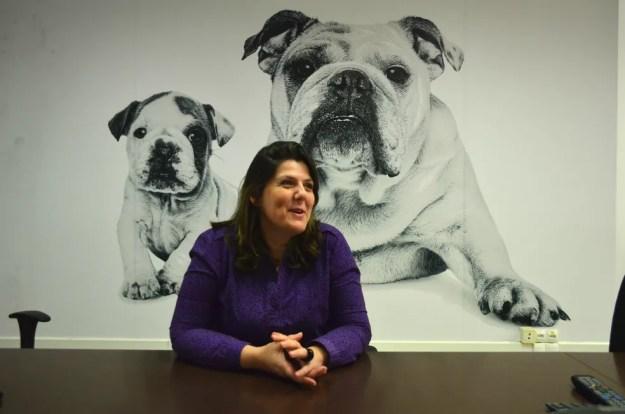 A gerente de RH, Silvia Pavarina, acredita que a presença dos bichinhos impacta positivamente no ambiente de trabalho (Foto: Fabiana Assis/G1)