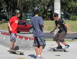 Mitchie Brusco e crianças Lagoa skate Rio de Janeiro  (Foto: Ana Carolina Fontes)