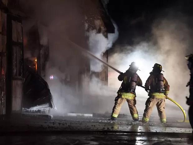 Bombeiros trabalham para conter incêndio no Centro de Treinamento Classy Lane, em Puslinch, no Canadá, na noite de segunda (4) (Foto: Andrew Collins/The Canadian Press via AP)