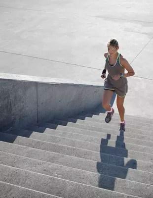 EuAtleta - mulher subindo escada coluna gustavo (Foto: Getty Images)