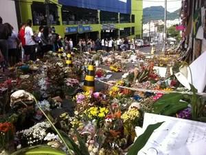 Amigos e familiares seguem com as homenagens às vítimas do incêndio na boate Kiss (Foto: Marcio Luiz/G1)