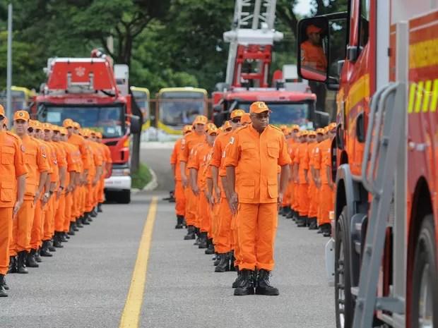 Bombeiros do Distrito Federal durante cerimônia de entrega de novos veículos (Foto: Andre Borges/Agência Brasília)