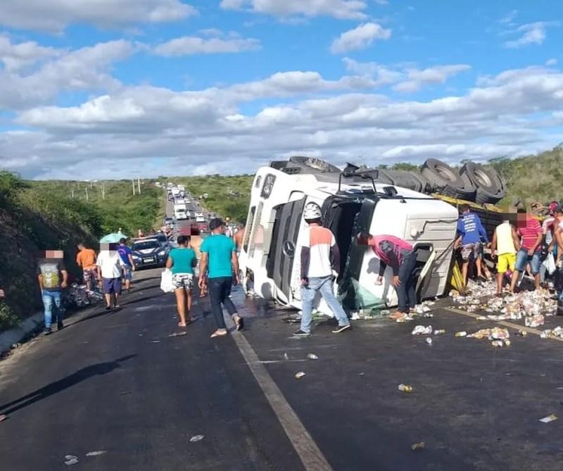 Caminhão tombado na BR-232 — Foto: Polícia Rodoviária Federal/Divulgação