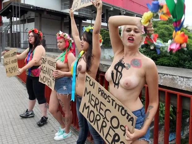 Ativistas do grupo feminista Femen Brasil protestam no bairro da Liberdade, no centro da capital, nesta quinta-feira (31), contra os assassinatos em série ocorridos na zona leste de São Paulo. Eduardo Sebastião do Patrocínio, de 42 anos, foi detido no último dia 24, sob suspeita de ter matado pelo menos cinco mulheres. A polícia investiga um sexto caso. (Foto: Nilton Fukuda/Estadão Conteúdo)