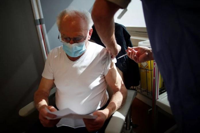 Idoso recebe vacina contra a Covid-19 em Melun, na França, em 26 de março — Foto: Benoît Tessier/Reuters
