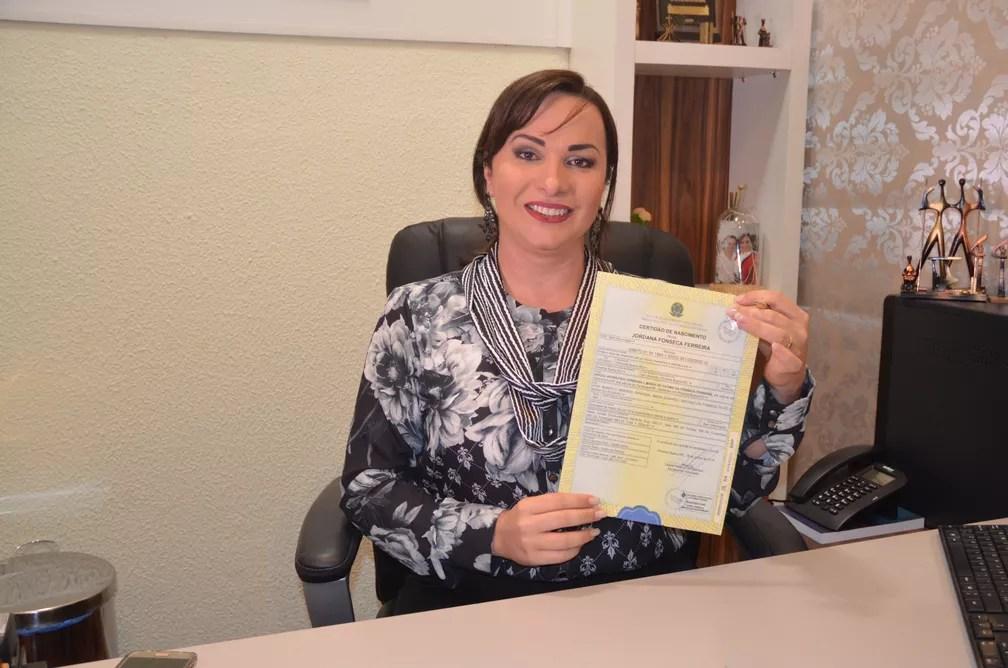 Vereadora Jordana com a nova certidão de nascimento (Foto: Magda Oliveira/G1)