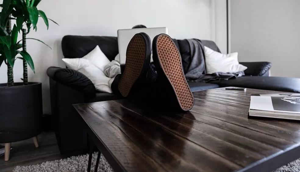 No home office, é preciso desconsiderar opções como o sofá da sala ou a cama do quarto, já que eles podem acabar com qualquer desejo de cumprir com as demandas de trabalho — Foto: Dillon Shook/Unsplash
