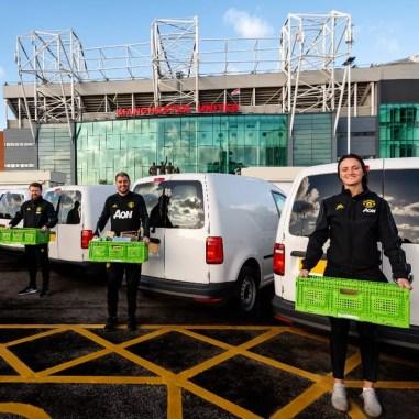 Manchester United fez doações para hospitais e bancos de alimentos — Foto: Reprodução/Twitter