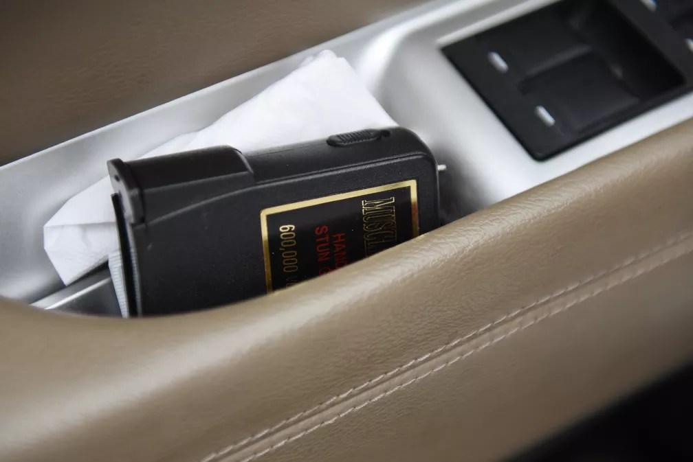 Depois de ser assediada enquanto trabalhava para a Uber, Margaret Bordelon, motorista americana, passou a carregar consigo uma arma de choque. — Foto:  REUTERS/Callaghan O'Hare