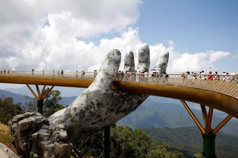 Ponte Dourada no Vietnã: atração turística com vista para floresta — Foto: REUTERS/Kham