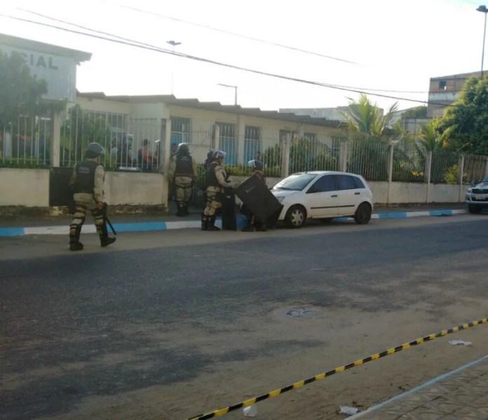 Vigilante foi preso e levado para delegacia de Itamaraju (Foto: Danuse Cunha/Itamaraju Notícias)