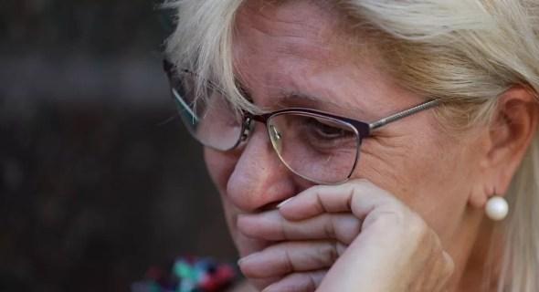 Mirta Taffarel, tia de Emiliano Sala, chora enquanto aguarda a chegada do corpo do sobrinho, do lado de fora de uma funerária em Santa Fe, na Argentina, na sexta-feira (15) — Foto: AP Photo/Natacha Pisarenko
