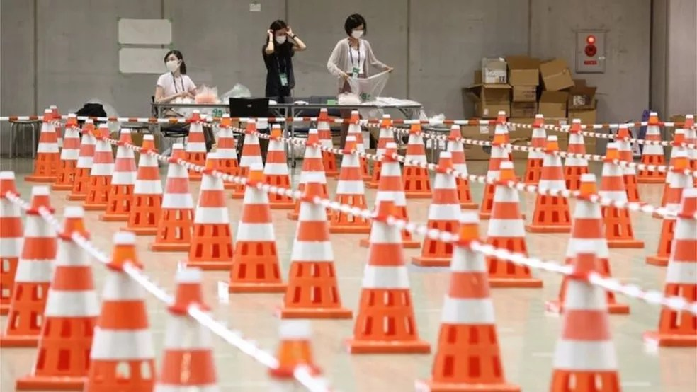 Controle sanitário contra a Covid-19 no centro de imprensa da Olimpíada — Foto: EPA/BBC