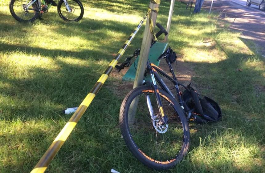 Ciclista morreu no local. Bicicleta ficou destruída. (Foto: Cintia Furlani/RBSTV)