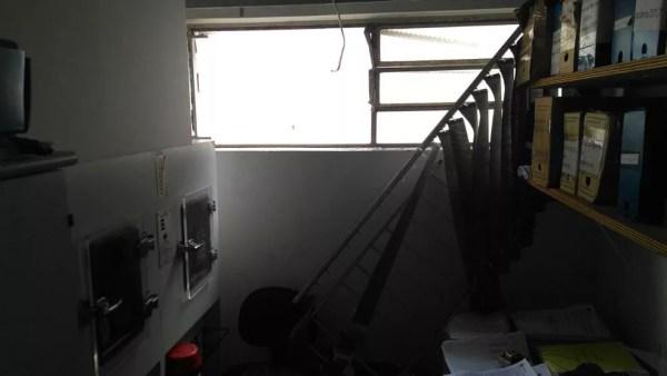 Bando também estourou uma janela para acessar a agência bancária em Praia Grande, SP — Foto: G1 Santos
