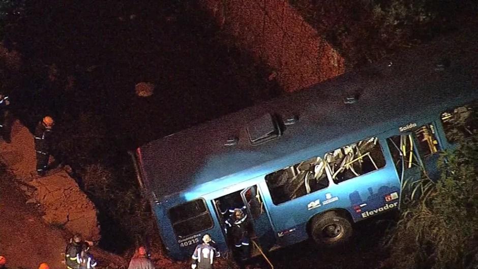 Ônibus cai em córrego na Região do Barreiro em Belo Horizonte. (Foto: Reprodução/TV Globo)