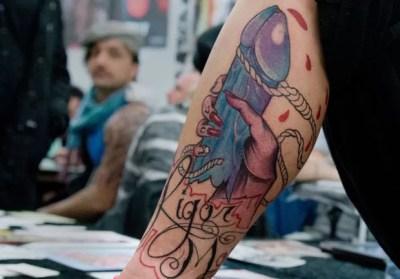Mulher exibiu tatuagem de um pênis na perna durante feira na Alemanha (Foto: Boris Roessler/AFP)