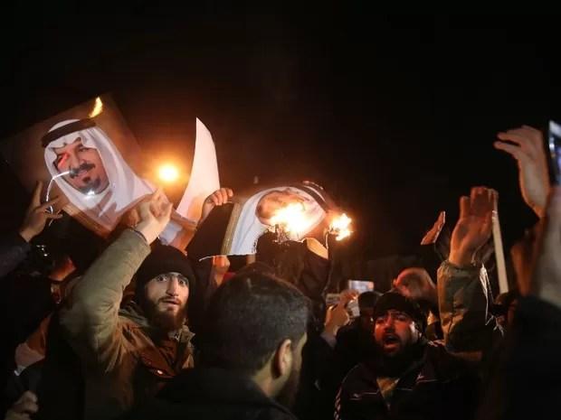 Manifestantes em frente à embaixada da Arábia Saudita em Teerã, no Irã (Foto: Atta Kenare / AFP)