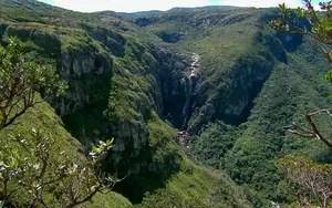 Fartura de água faz do Vale das Cachoeiras um oásis de mata verde (rede globo)