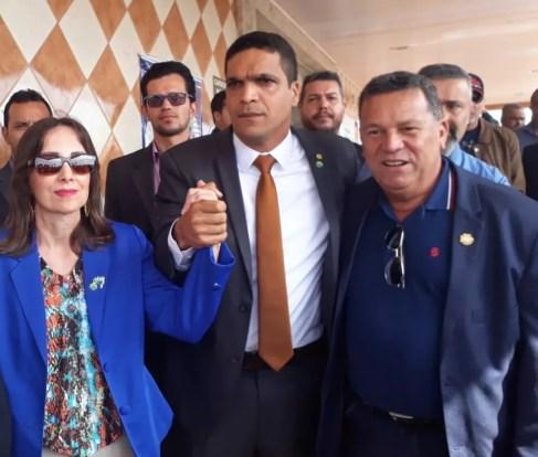Ao centro da foto, Cabo Daciolo e Suelene Balduino, do Patriota (Foto: Adriano Oliveira/G1)
